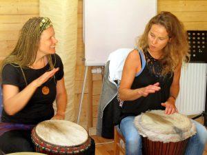 Yela Brodesser beim Trommelunterricht